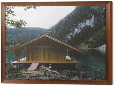 Tavla i Ram Trä hus på sjön med berg och träd