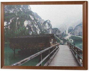 Tavla i Ram Träbrygga på Braies sjö med berg och trees__