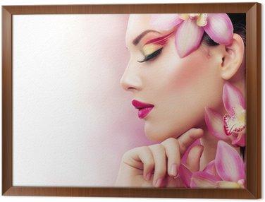 Tavla i Ram Vacker flicka med Orchid blommor. Perfect Make-up