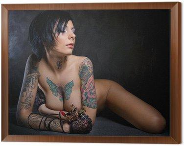 Tavla i Ram Vacker kvinna med många tatueringar på hennes bröst och armar