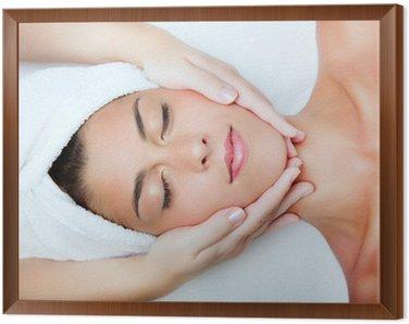 Tavla i Ram Vacker ung kvinna som får ansiktsmassage.