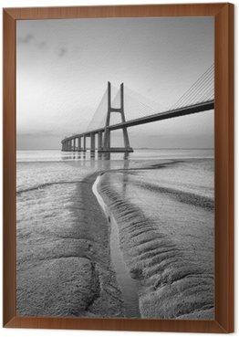 Tavla i Ram Vasco da Gama-bron i svart och vitt, soluppgång Lissabon