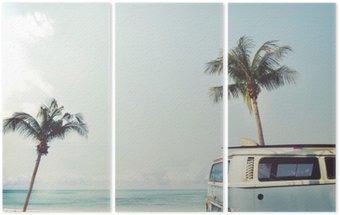 Tríptico Vintage coche aparcado en la playa tropical (en el mar) con una tabla de surf en el techo - viaje de placer en el verano