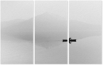 Triptyk Dimma över sjön. Siluett av bergen i bakgrunden. Mannen flyter i en båt med en paddel. Svartvitt