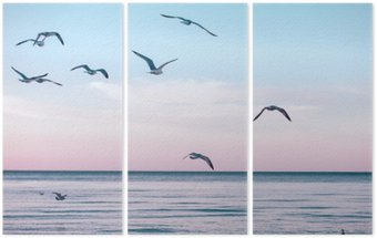 Triptyque Grand groupe troupeau de mouettes sur l'eau du lac de la mer et de voler dans le ciel sur le coucher du soleil d'été, tonique avec des filtres instagram rétro hipster, effet de film
