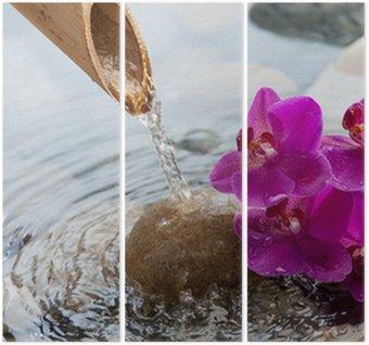 Tryptyk Bieżącej wody na kamieniach obok kwiatów