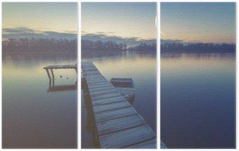 Tryptyk Marina nad jeziorem, łodzie zacumowany do drewnianego molo, retro kolory