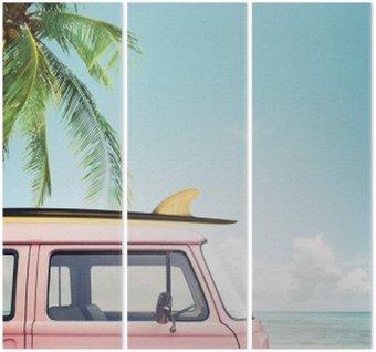 Tryptyk Vintage samochód zaparkowany na tropikalnej plaży (morze) z deski surfingowej na dachu