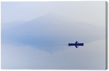 Tuval Baskı Göl üzerinde Sis. Arka planda dağların siluet. Adam bir raket ile bir tekne yüzer.