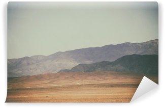 Tvättbar Fototapet Bergspitzen und Bergketten in der Wüste / Spitze Gipfel und Bergketten Rauer Dunkler sowie hellerer Berge in der Mojave Wüste in der Nähe der Death Valley Kreuzung.