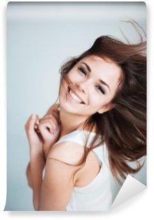 Tvättbar Fototapet Den unga flickan glatt skrattar
