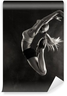 Tvättbar Fototapet Fitness kvinnlig kvinna med muskulös kropp hoppning.