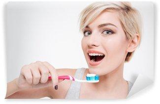 Tvättbar Fototapet Glad söta kvinna borsta tänderna