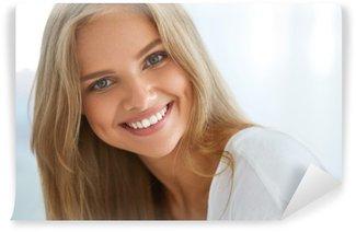 Tvättbar Fototapet Stående vackra lyckliga kvinna med vita tänder le. Skönhet. Högupplöst bild