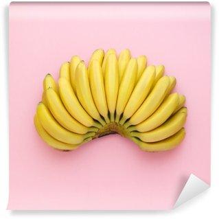 Tvättbar Fototapet Uppifrån av mogna bananer på en ljus rosa bakgrund. Minimalistisk stil.