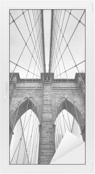 Brooklyn Bridge New York City tæt på arkitektoniske detaljer i tidløs sort og hvid Vindue og Glas Klistermærke