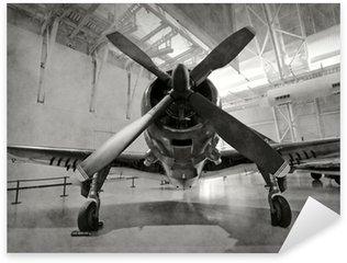 Vinilo Pixerstick Aeroplano viejo en un hangar