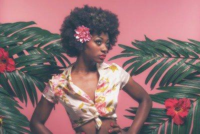 Pixerstick para Todas las Superficies Afroamericana sensual pin-up Entre las hojas de palma. Contra la Rosa B