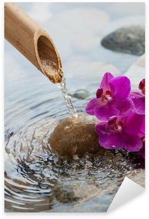 Vinilo Pixerstick Agua corriente en piedras lado de las flores