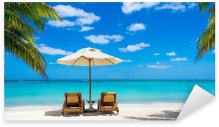 Pixerstick para Todas las Superficies Dos tumbonas en la idílica playa blanca de mar turquesa