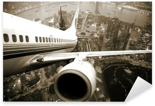 Vinilo Pixerstick El avión despegará de la noche de la ciudad.