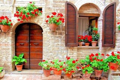 Pixerstick para Todas las Superficies Frente de la casa italiana con macetas de flores de colores