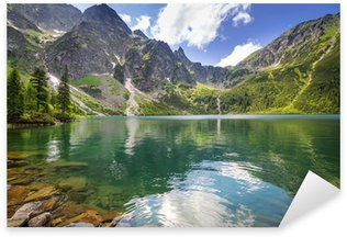 Vinilo Pixerstick Hermoso paisaje de las montañas Tatra y el lago en Polonia