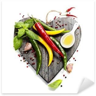 Vinilo Pixerstick Hortalizas frescas en la tabla de cortar con forma de corazón
