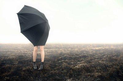 Pixerstick para Todas las Superficies Niña con paraguas en campo negro