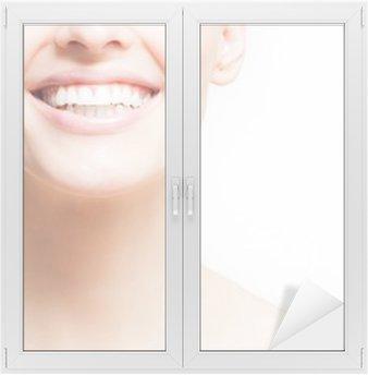 Vinilo para Cristal y Ventana Mujer sonriendo, fondo blanco, copyspace
