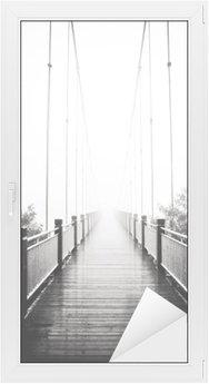 Vinilo para Cristal y Ventana Ver en el puente peatonal de madera en la niebla