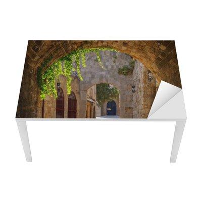 Vinilo para Mesa y Escritorio Calle medieval arqueada en el casco antiguo de Rodas, Grecia