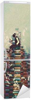 Vinilo para Nevera Hombre leyendo el libro mientras está sentado en la pila de libros, el concepto de conocimiento, pintura ilustración