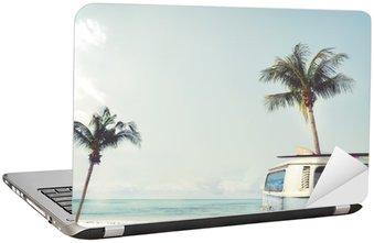 Vinilo para Portátil Vintage coche aparcado en la playa tropical (en el mar) con una tabla de surf en el techo - viaje de placer en el verano