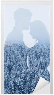 Vinilo para Puerta Amor en invierno, silueta de la pareja en el fondo del bosque, doble exposición