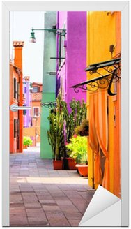 Vinilo para Puerta Calle colorida en Burano, cerca de Venecia, Italia