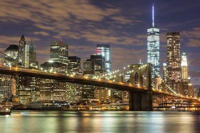 Pixerstick para Todas las Superficies Puente de Brooklyn y los rascacielos del centro de Nueva York en la oscuridad