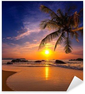 Vinilo Pixerstick Puesta de sol sobre el mar. Provincia Khao Lak en Tailandia
