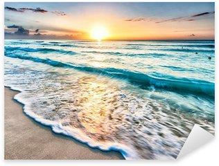 Vinilo Pixerstick Salida del sol sobre la playa en Cancún