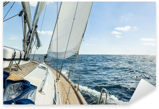 Vinilo Pixerstick Vela del yate en el océano Atlántico en el día soleado de crucero