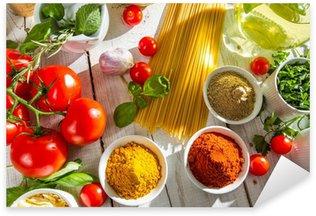 Vinilo Pixerstick Verduras frescas y especias en la cocina italiana