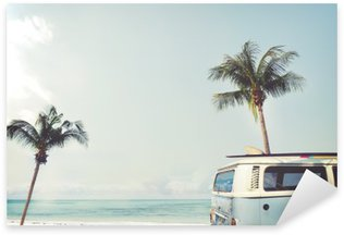 Vinilo Pixerstick Vintage coche aparcado en la playa tropical (en el mar) con una tabla de surf en el techo - viaje de placer en el verano