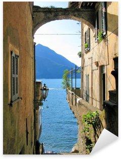 Vinilo Pixerstick Visión romántica al lago Como italiano famoso de la ciudad de Varenna