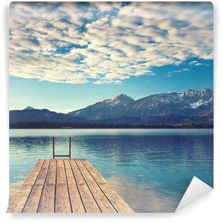 Bootssteg am See in Alpennähe