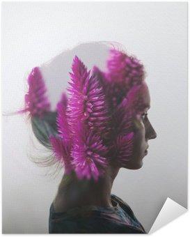 Zelfklevende Poster Creative dubbele belichting met het portret van een jong meisje en bloemen