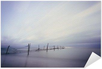 Zelfklevende Poster Langzeitbelichtung am Strand mit Fischer Reuse