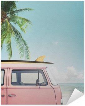 Zelfklevende Poster Vintage auto geparkeerd op het tropische strand (zee) met een surfplank op het dak