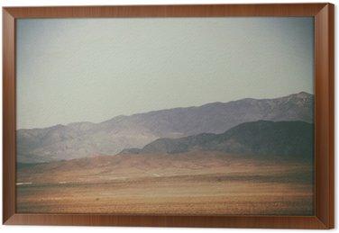 Bergspitzen und Bergketten in der Wüste / Spitze Gipfel und Bergketten rauer dunkler sowie hellerer Berge in der Mojave Wüste in der Nähe der Death Valley Kreuzung.
