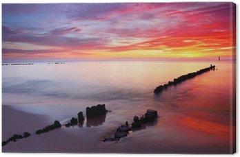 Morze Bałtyckie w pięknym wschodem słońca w plaży Polsce.