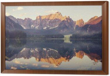Górskie jezioro w Ita__lian Alp, kolory retro, vintage